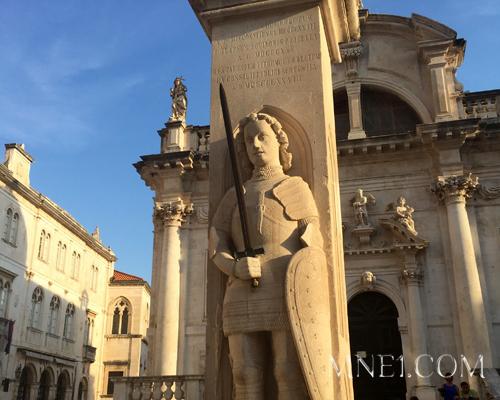 Поприветствуем рыцаря Орландо, который в 9 веке защищал город от сарацинов,а его меч являлся официальной мерой длины.