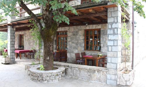 Летом легкий ветерок на террасе превращает ужин в романтическую встречу. Обслуживание происходит на высшем уровне: белые скатерти, полная сервировка, любезные официанты. В меню есть и рыбные блюда и мясные. Средний счет около 30-40 €.